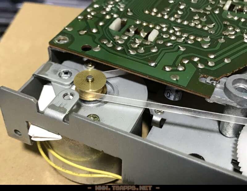 モーターの高さを調整するために適当なメモ紙を挟む